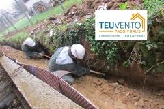 Abriendo una zanja a medida para canalización de pluviales en esta vivienda nueva de Lorbe-Oleiros. TEUVENTO.COM. Subvenciones 2019