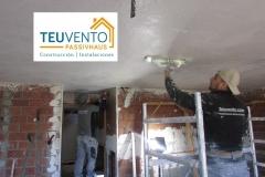 Aplicando primera capa de yeso en techo del sotano de vivienda nueva en Oleiros. TEUVENTO.COM. Subvenciones 2019
