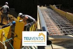 Apurando-el-encofrado-de-ampliación-de-esta-piscina-desbordante-Coruña