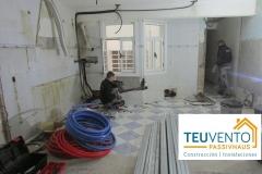 Compañeros-de-albañilería-y-fontanería-trabajando-codo-con-codo-en-esta-REHABILITACIÓN.-.-Subvenciones-para-Rehabilitación-y-Renovables-Enero-2020-en-TEUVENTO