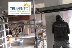 Dando forma con yeso a las esquinas en esta vivienda nueva de Oleiros. TEUVENTO.COM. Todos los gremios en plantilla