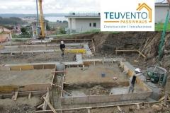 Difícil-acceso-para-camión-bomba-hormigonado-inicial-de-estructura-con-grúa-y-cubo-Coruña-Vigo