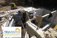 Encofrado-de-peldaños-de-escalera-en-esta-ampliación-de-piscina-de-hormigón-Coruña