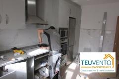 Finalizando reforma de una cocina en una rehabilitación completa