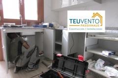 Instalación de fontanería en una reforma completa de cocina. TEUVENTO.COM. Todos los gremios en plantilla