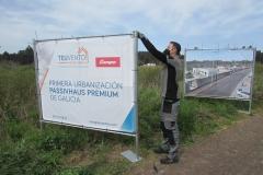 Instalando-las-lonas-que-anuncian-la-ubicación-de-la-Primera-Urbanización-PASSIVHAUS-PREMIUM-de-Galicia-Coruña-Vigo