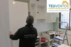 Instalando muebles de cocina en una reforma completa. TEUVENTO.COM. Todos los gremios en plantilla