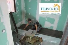 Instalando suelo de madera en rehabilitación energética. TEUVENTO.COM Todos los gremios en plantilla