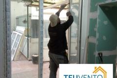 Instalando-ventanas-en-esta-reforma-en-A-Coruña.-Subvenciones-fotovoltaica-empresas-45-en-TEUVENTO