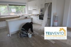 Lechando el suelo en la cocina de esta nueva vivienda de Oleiros. Subvenciones 50% empresas Energías Renovables 2019 para usos térmicos
