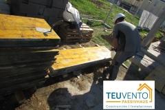 Limpieza de tableros de encofrado tras finalizar estructura. Respetando el material en TEUVENTO.COM. Subvenciones 2019 ya abiertas