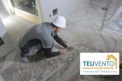 Nivelando el suelo antes de la instalaicón de tarima en esta reforma completa. TEUVENTO PASSIVHAUS. Eficiencia Energética en Construcción e Instalaciones