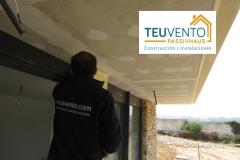 Pasteando este falso techo exterior hecho con fibra de cemento de bajo aislamiento en esta vivienda nueva. Subvenciones puntos de recarga de vehículos eléctricos 40% en TEUVENTO