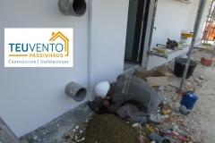 Uniendo-bajante-anclada-con-clavos-libres-de-puentes-térmicos-con-red-de-pluviales-en-esta-PASSIVHAUS.-Subvenciones-para-rehabilitación-en-Galicia-2019