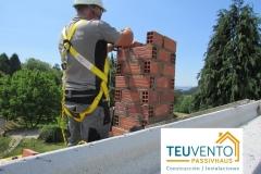 Viguetas-preparadas-a-la-espera-de-onduline-y-chimenea-para-biomasa-en-proceso-Coruña