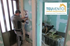 Compañeros de electricidad y de carpintería trabajando en una reforma completa. REGULARIDAD en TEUVENTO.COM con todos los gremios en plantilla