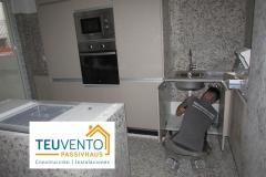 Conectando-fregadero-y-a-la-espera-del-marmol-en-esta-reforma-completa-de-un-piso-en-A-Coruña.-Subvenciones-Recarga-Vehículos-Eléctricos-2019-40-CCPP-Galicia