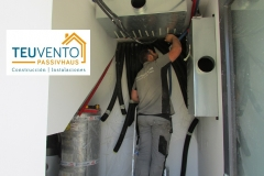 Conectando-tubos-de-extracción-e-impulsión-a-distribuidores-en-esta-PASSIVHAUS-de-10W-por-m2-de-demanda-térmica