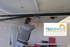 Instalación de tubería PPR vista con aislamiento para conexión con unidad exterior aerotérmica en el garaje de una vivienda unifamiliar. TEUVENTO.COM. Eficiencia Energetica en Construcción e Instalaciones