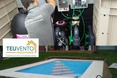 Instalando caseta de filtración de piscina con clorador salino y regulador de PH. TEUVENTO.COM. Todos los gremios en plantilla