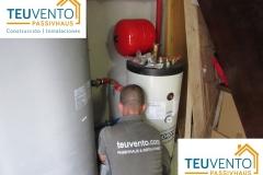 Instalando depósito de ACS de alto rendimiento y depósito de inercia para Bomba de Calor con radiadores de bajo consumo. TEUVENTO.COM. Eficiencia energética en Construcción e Instalacion