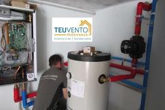 Instalando módulo interior frigorífico de una bomba de calor y depósitos de ACS e inercia para circuitos de baja temperatura. TEUVENTO.COM. Eficiencia energética en Construcción e Instalaciones