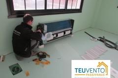 Instalando una unidad de climatización de suelo en unas oficinas