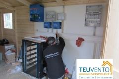 Preparando-los-equipos-interiores-de-una-instalación-FOTOVOLTAICA-aislada-con-baterías-de-litio-Coruña-Vigo
