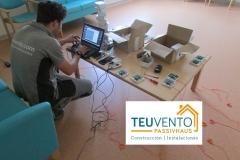Programando-equipos-de-teleasistencia-en-Geriátrico-antes-de-su-instalación