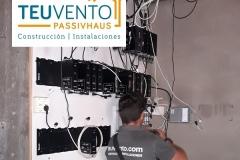 Revisando cableado eléctrico en una comunidad de propitetarios. TEUVENTO.COM. Todos los gremios en plantilla para la Eficiencia Energética en Construcción e Instalación