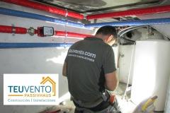 Trabajando en un espacio reducido para acoplar la instalación hidráulica actual a una equipo de Aerotermia. TEUVENTO.COM. Eficiencia Energética en Construcción e Instalaciones